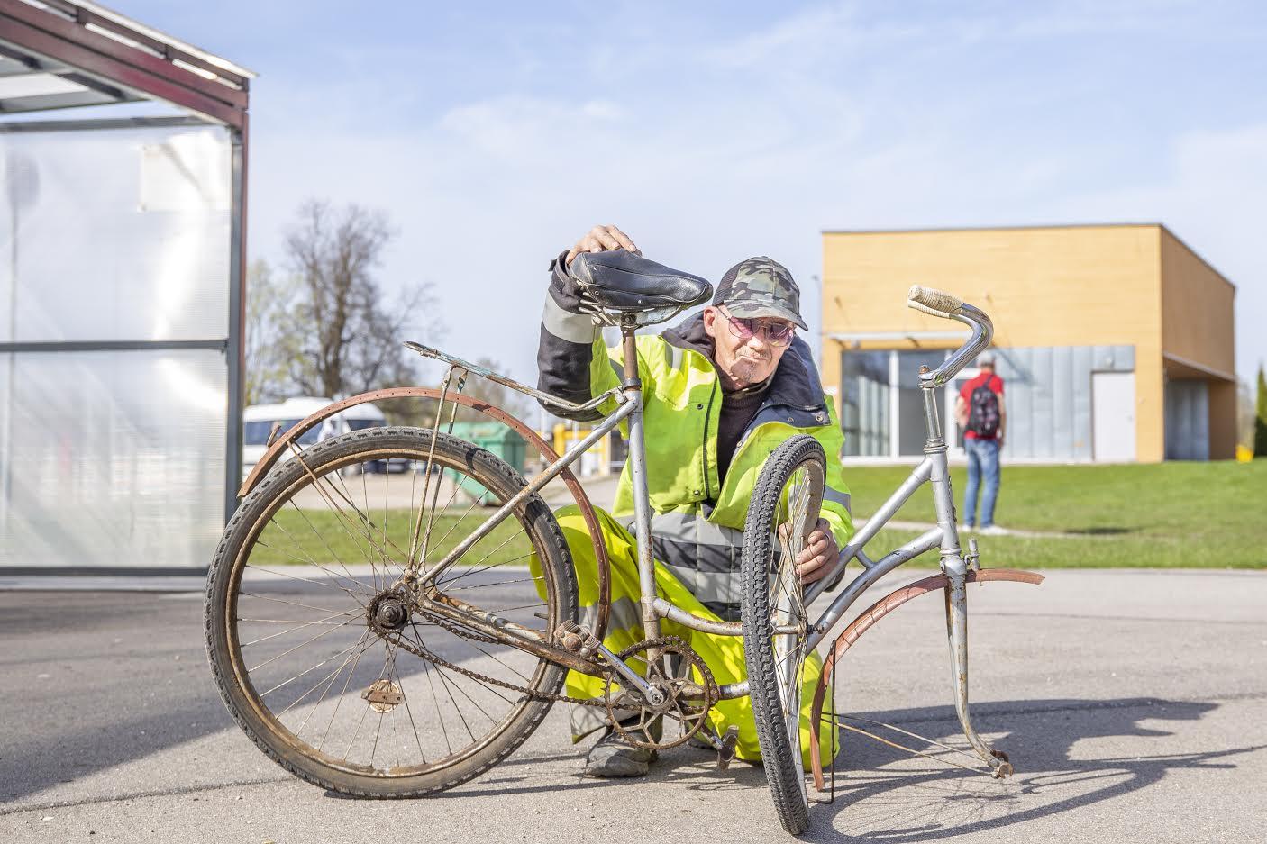 Võrumaalane Ivar Haring oli sunnitud pärast vandaalide kätetööd oma Võru bussijaama rattaparklas seisnud ratta kasutuskõlbmatuks tunnistama ja vanarauda viima. FOTO: Aigar Nagel