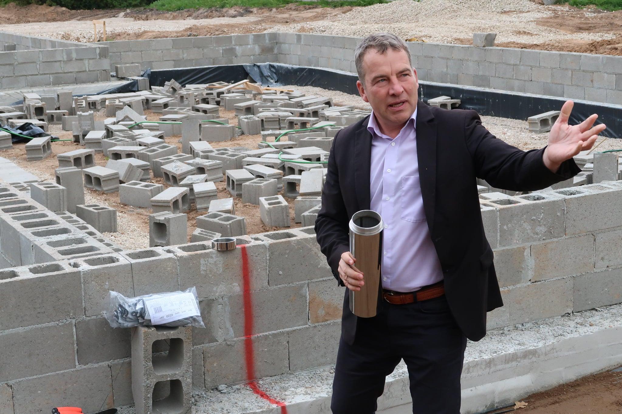 Setomaa vallavanem Raul Kudre asetas Mikitamäe hooldekodu uue maja nurgakivisse kapsli.