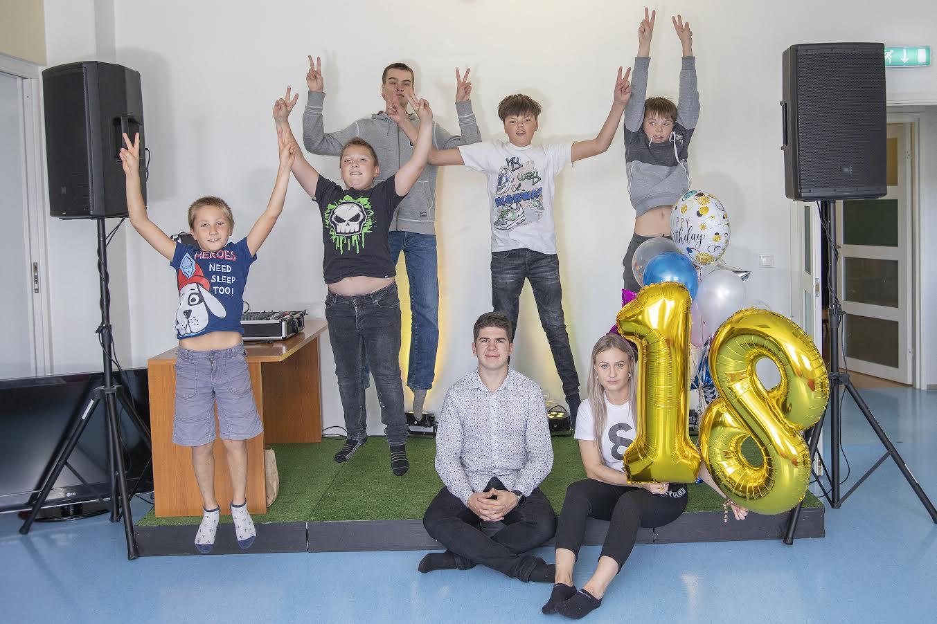 Võru noortekeskus tähistas eile 18aastaseks saamist vahva koosolemisega. Esimesed külalised olid kohal juba enne peo ametlikku algust. Fotol Tauri Sumerkin (vasakult), Remy Rakk, Kristjan Kala, Mihkel Mitt, Karl-Markus Lea koos noorsootöötajate Emil Aništšenko ja Christiana Vaheriga. Foto: AIGAR NAGEL